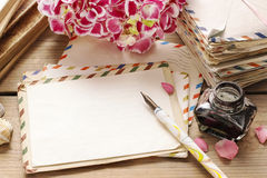 Weinlesebuchstaben, -bücher und -blumenstrauß von rosa Hortensiablumen Stockfotos