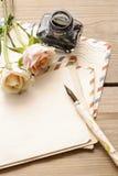 Weinlesebuchstaben, -rosen und -flasche Tinte Lizenzfreie Stockfotos