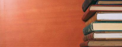 Weinlesebuchstapel auf hölzernem Hintergrund - kopieren Sie Raum stockbild