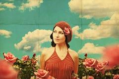 Weinlesecollage mit junger Frau der Schönheit in den Rosen Stockfotografie