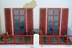 Weinlesedachplattform mit roten Fenstertüren und Fensterläden Stockfoto