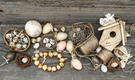 Weinlesedekoration mit Eiern und Blumenzwiebeln Stockfoto