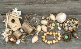 Weinlesedekoration mit Eiern und Blumenzwiebeln Stockbild