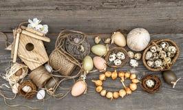 Weinlesedekoration mit Eiern und Blumenzwiebeln Stockbilder