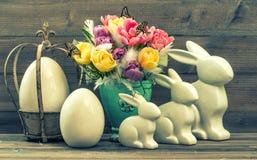 Weinlesedekoration mit Tulpenblumen, Ostereiern und Häschen Stockfoto