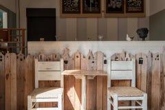 Weinlesedekorationsholztisch und Stuhlinnenraum Stockbild