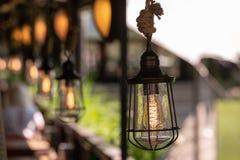 Weinlesedekorbeleuchtung Metalllampe mit der antiken Lampe, die auf einem starken Seil hängt stockbild