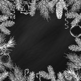 Weinlesedesign für Grußkarte oder Einladung für Weihnachtsfeier Vektorrahmen mit Hand gezeichneten Elementen: Niederlassungen von Stockfotografie