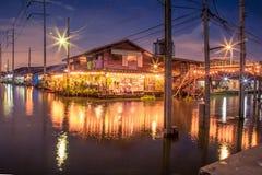 Weinlesedorf auf Flussseite in Thailand lizenzfreie stockfotografie