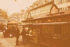 Weinleseeffekt über Weihnachtsmarkt von Colmar, Elsass Lizenzfreies Stockbild