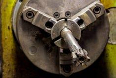 Weinleseeinen Tiefstand erreichender Steckerstahlhahn des antiken Automobilmaschinenwerkstatt-Karbids mit Metallarchivierungen lizenzfreie stockbilder