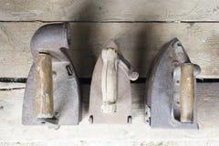 Weinleseeisen Das Eisen, das an Kohlen arbeitet Drei Modelle alter ir stockfotos