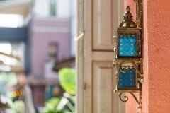 Weinleseeisenlaterne auf der Wand im Freien im Straßencafé Stockfoto
