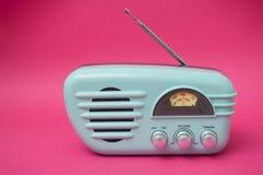 Weinlesefünfziger jahre reden Radio auf rosa Hintergrund an lizenzfreie stockfotos