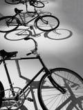 Weinlesefahrräder in Schwarzweiss Stockbilder