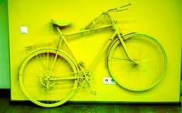 Weinlesefahrrad auf dekorativer Hausmauer Lizenzfreie Stockfotos