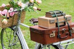 Weinlesefahrrad auf dem Feld Stockfoto