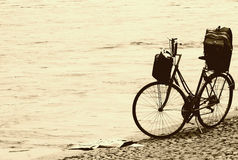 Weinlesefahrrad auf dem Strand Stockfotos