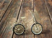 Weinlesefahrrad auf hölzernem strukturiertem Hintergrund. nostalgisches Konzept. Lizenzfreie Stockfotos