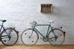 Weinlesefahrrad im weißen Ziegelsteinstudio Lizenzfreies Stockfoto