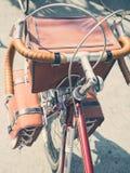 Weinlesefahrrad mit dem Reisen von Draufsicht der Taschen Stockbilder