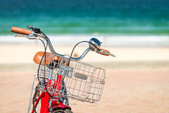 Weinlesefahrrad am Strand Lizenzfreies Stockbild
