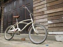 Weinlesefahrrad und alte Holztür Lizenzfreie Stockbilder