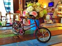 Weinlesefahrrad und -blumen Stockbilder