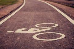 Weinlesefahrradzeichen auf Straße, Fahrradweg Stockfotos