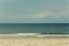 Weinlesefarbbild des Strandes und des Meeres an einem vollen Tag Stockbild