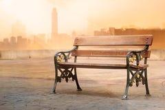 Weinlesefarbtonart der Holzbankantike mit Sonnenaufgang auf dem vibrierenden Hintergrund Stockfotos