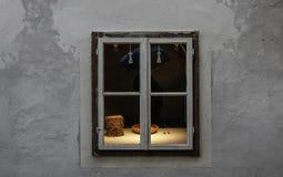 Weinlesefenster des Souvenirladens stockfotos