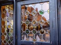Weinlesefenster im Stadtplatz wird reflektiert Lizenzfreies Stockbild