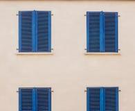 Weinlesefenster mit Blau gemalten hölzernen Fensterläden Lizenzfreie Stockfotos