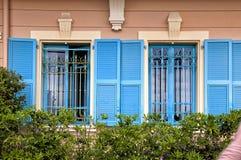 Weinlesefenster mit blauen Fensterläden im alten Haus, Provence, Franken Lizenzfreies Stockbild