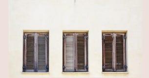 Weinlesefenster mit braunen rustikalen hölzernen Fensterläden Stockbild