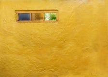 Weinlesefensterglasmuster auf gelbem Zementwandhintergrund oder Stockfotografie