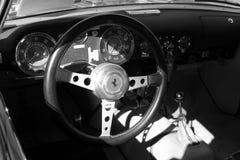 Weinleseferrari-Sportauto-Innenraumabschluß herauf b&w Stockfotografie