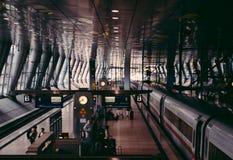 Weinlesefilmblick traf über Frankfurt-Flughafen-Bahnstation zu Stockfoto