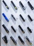 Weinlesefilmkameras richteten auf der Wand aus in zeitlicher Reihenfolge, die ab 1970 s zu achtziger Jahre Darstellen technologis Stockfoto