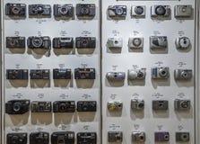 Weinlesefilmkameras richteten auf der Wand aus in zeitlicher Reihenfolge, die von 1979 bis 2007, Beginn von Digitalkameras beginn lizenzfreie stockbilder