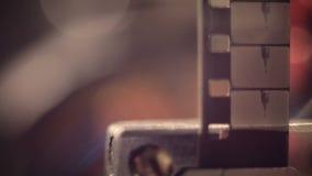 Weinlesefilmprojektor Nahaufnahme des beweglichen Filmes stock footage