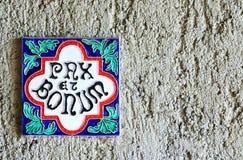 Weinlesefliese in der Wand (Frieden und Güte) lizenzfreies stockbild