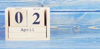 Weinlesefoto, am 2. April Datum vom 2. April am hölzernen Würfelkalender Stockbild