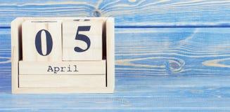 Weinlesefoto, am 5. April Datum vom 5. April am hölzernen Würfelkalender Stockfotos