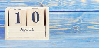 Weinlesefoto, am 10. April Datum vom 10. April am hölzernen Würfelkalender Stockfotografie