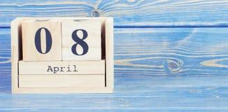 Weinlesefoto, am 8. April Datum vom 8. April am hölzernen Würfelkalender Lizenzfreies Stockfoto