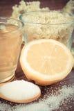 Weinlesefoto, -blumen und -saft der Holunderbeere, Bestandteile für Getränk an Bord zubereiten, alternatives Therapiekonzept Lizenzfreies Stockfoto