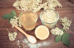 Weinlesefoto, -blumen und -saft der Holunderbeere, Bestandteile für Getränk an Bord zubereiten, alternatives Therapiekonzept Stockfoto