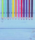 Weinlesefoto, bunte Zeichenstifte auf blauen Brettern, Schulzubehör, Kopienraum für Text Stockfotografie